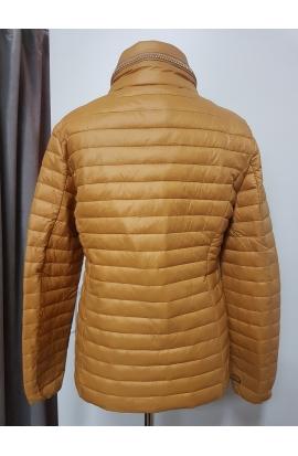 Trend žltá krátka dámska bunda.